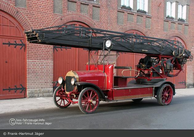 【名古屋】国内に唯一現存、メルセデス・ベンツ製はしご車を特別展示 ->画像>44枚