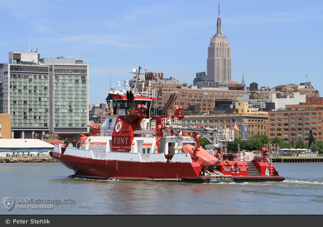 FDNY - Marine Division - Three Forty Three (Heckansicht mit Empire State Building)